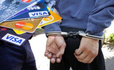 Vodhën 33 milion lekë nga kartat bankare: Dy të arrestuar në Tiranë, procedohen 5 të tjerë
