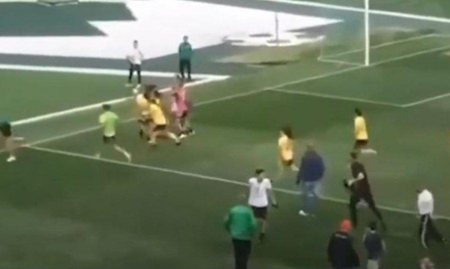 Plas grushti mes futbollisteve femra, këto pamje po bën namin në rrjet (VIDEO)