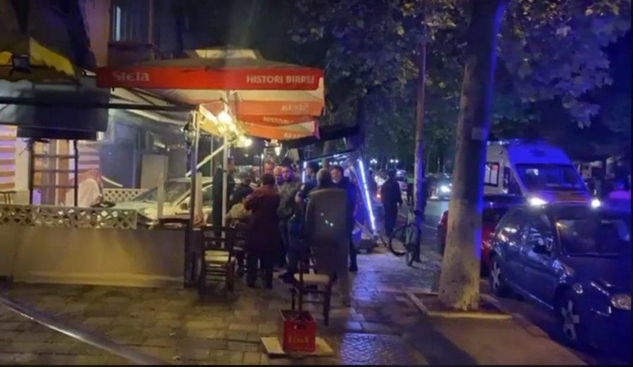 Pamje të frikshme! Makina përfundoi në stacion autobusi, shoqja: Mos e lëviz! Po vdes! (VIDEO)
