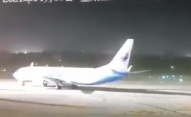 Stuhia e fuqishme godet Kinën, publikohen pamjet kur era rrotullon avionin (VIDEO)