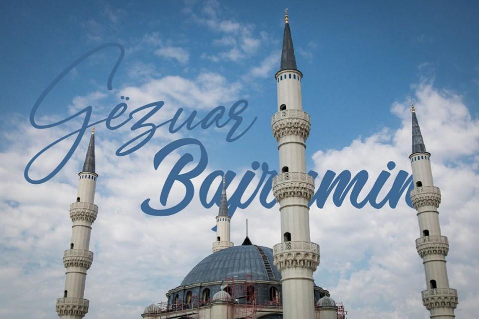 Ndiqni LIVE faljen e Namazit të Bajramit nga Sheshi Skënderbej