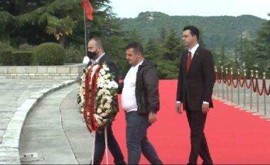 Basha nderon Azem Hajdarin, mban homazhe te Varrezat e Dëshmorëve