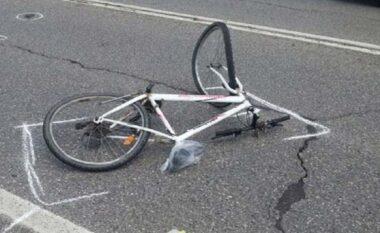 Makina merr përpara një person me biçikletë, i plagosuri dërgohet me urgjenc në spital