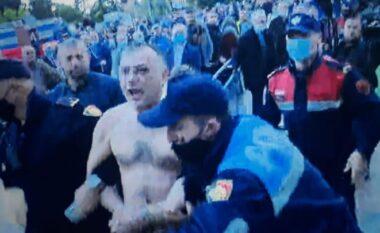 """Incident gjatë faljes së namazit në sheshin """"Skënderbej"""", një qytetar përpiqet të vetëdigjet"""