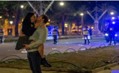 Puthje pasionante dhe festë në rrugë, ja si i japin fund izolimit 6 mujor të Covid 19 spanjollët