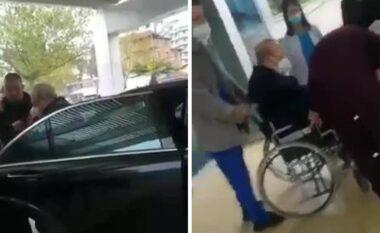 Fatos Nano në gjendje të rënduar, del videoja ku transportohet me karrige me rrota (VIDEO)