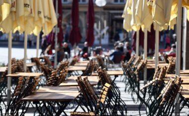 6 muaj pas mbylljes, Franca rihap kafenetë, restorantet dhe qendrat kulturore