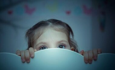 Çfarë të bëni nëse fëmija juaj ka frikë nga errësira