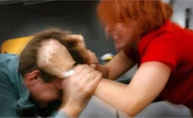 Ka 7 vite i divorcuar, gruaja dhunon burrin nga Tirana me bisht fshese