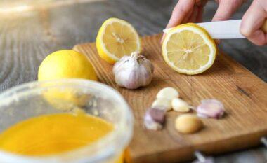 Përzierja me hudhër e limon që zhbllokon arteriet e bllokuara