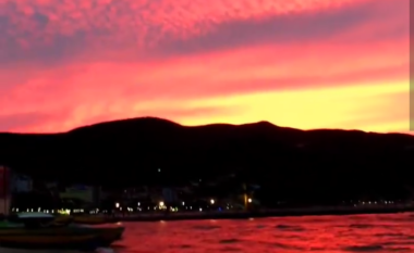 Pamje spektakolare, qielli dhe uji i liqenit të Pogradecit ngjyrosen me të kuqe (VIDEO)