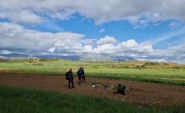 I plasi granata teksa po punonte arën, kush është fermeri 39 vjeçar