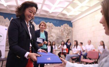 Ambasadorja e SHBA takim me studentët në Tropojë, mesazhi i rëndësishëm që u jep