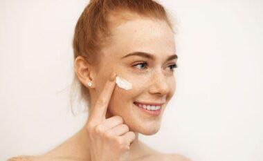 Si të kujdeseni për lëkurën nëse keni ndjeshmëri ndaj dritës