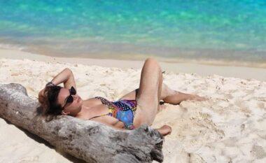 Liberta pozon me bikini nga plazhi (FOTO LAJM)