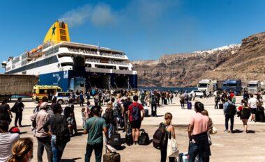 """Heqja e masave kufizuese, grekët """"arratisen"""" drejt ishujve. Trafik i rënduar në port"""