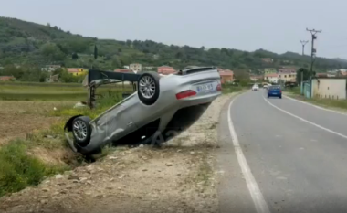 Aksident në rrugën e Gjirit të Lalzit, makina përmbyset dhe përfundon në kanal