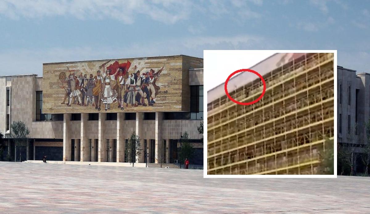 Një person hip në skelat e Muzeut në qendër, kërcënon se do të hidhet