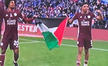 Dy yjet e Licester i festojnë trofeun e FA Cup me flamurin palestinez