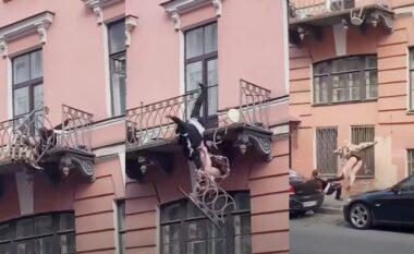 E pabesueshme: Çifti bën sherr dhe bie nga ballkoni në trotuar (VIDEO)