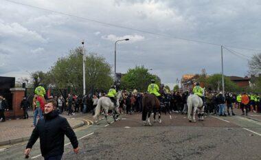 """Policia largon me dhunë tifozët e Man United nga """"Old Trafford"""" (VIDEO)"""