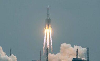Momenti kur raketa kineze bie në Oqeanin Indian (VIDEO)
