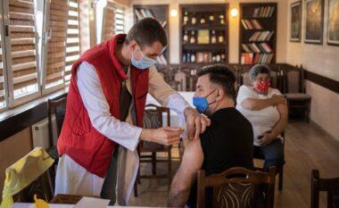 Serbia nuk ndalet para COVID-19, paguan me 30 dollarë qytetarët që të vaksinohen