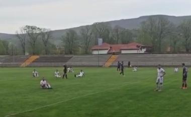 Nuk ndalen skandalet në Serbi, lojtarët ulen në fushë dhe bojkotojnë ndeshjen (VIDEO)