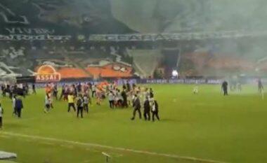 Sherr masiv në fushë, futbollistët godasin njëri-tjetrin (VIDEO)