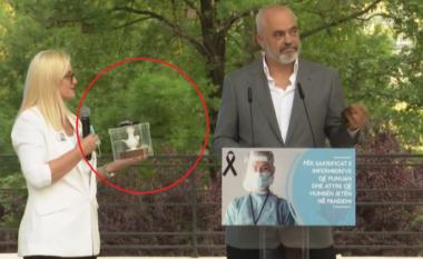 Ndodhi dhe kjo! Rama nderohet në ceremoninë e tij për infermierët: O jo, nuk e pranoj! (VIDEO)