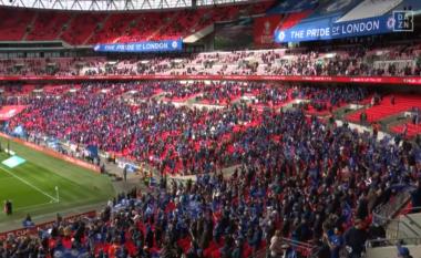 Po luhet finalja e FA Cup, të pranishëm në stadium janë 21 mijë tifozë (VIDEO)