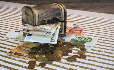 """Nëna i la amanet të hapnin """"thesarin"""" pas të 40-ave, si shërbëtorja vodhi të gjitha kursimet e të moshuarës në Tiranë"""