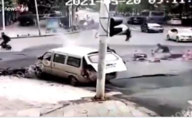Flakë dhe pastaj rruga ngrihet në ajër, pamje dramatike nga Wuhani (VIDEO)
