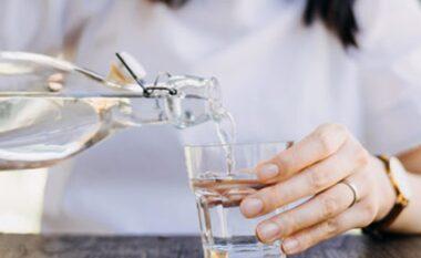 5 arsye pse duhet ta nisni ditën me një gotë ujë
