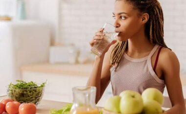Pse duhet të pini një gotë ujë pas çdo vakti?
