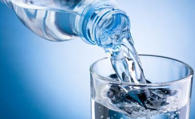 """Legjenda urbane apo të vërteta """"të hidhura""""? Sa gota ujë duhet të pini në ditë"""