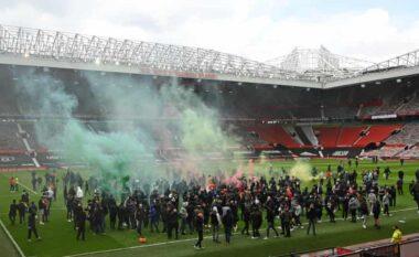 """Kaos në """"Old Trafford"""", tifozët hyjnë me forcë në fushë dhe kërkojnë largimin e familjes Glazer (VIDEO)"""