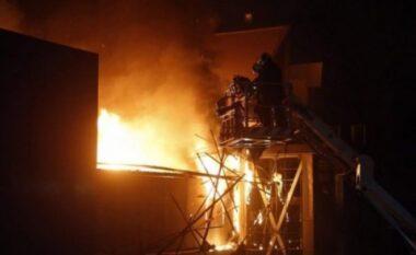 Zjarri në lokalin në Myslym Shyr, del momenti i frikshëm kur i maskuari e lyen me benzinë (VIDEO)