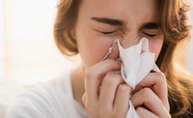 Studimi britanik: Dhimbja e kokës dhe rrjedhja e hundëve janë shenja të variantit Delta