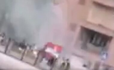 Incident në Kosovë: Dhjetëra persona me flamurin e Serbisë në duar sulmojnë Policinë me fishekzjarrë