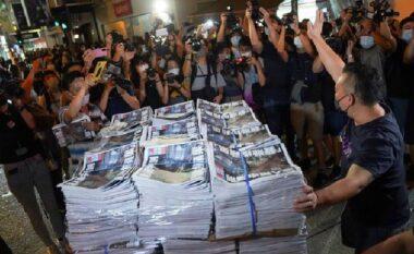 Mbyllet gazeta në Hong Kong, qytetarët mblidhen për të blerë kopjet e fundit