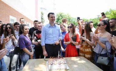 Basha surprizohet nga të rinjtë e PD për ditëlindje (VIDEO)