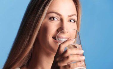 Përfitimet që merrni duke pirë një gotë ujë në mëngjes