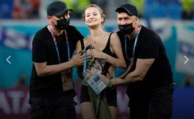 Ndërpreu ndeshjen Finlandë – Belgjikë, çfarë shkruhej në bluzën e vajzës së sigurimit (FOTO LAJM)