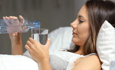 Pse duhet të pimë një gotë ujë sapo të zgjohemi?
