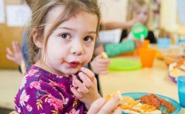 Sjelljet elementare që fëmija duhet të mësojë në tryezë