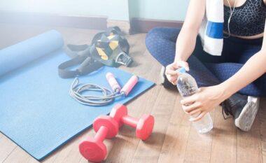 Sa shpesh duhet të pini ujë kur stërviteni?