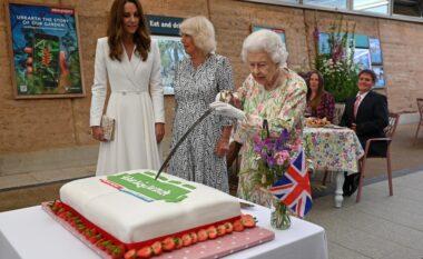 Mbretëresha Elizabeth pret tortën me shpatë, në Samitin e G7