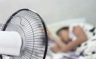 Po dëmtoni rëndë shëndetin! Arsyeja pse nuk duhet të flini me freskuese ndezur