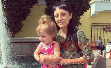 Tragjike: Nëna mban kokëposhtë vajzën 3 vjeçare për ta ndëshkuar, vogëlushja bie dhe vdes (VIDEO)